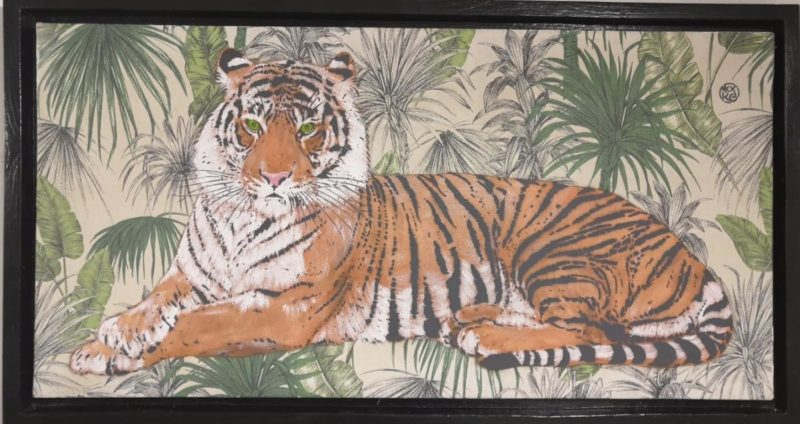 Mosko - Tigre allongé au milieu des fleurs - 90 x 45 cm