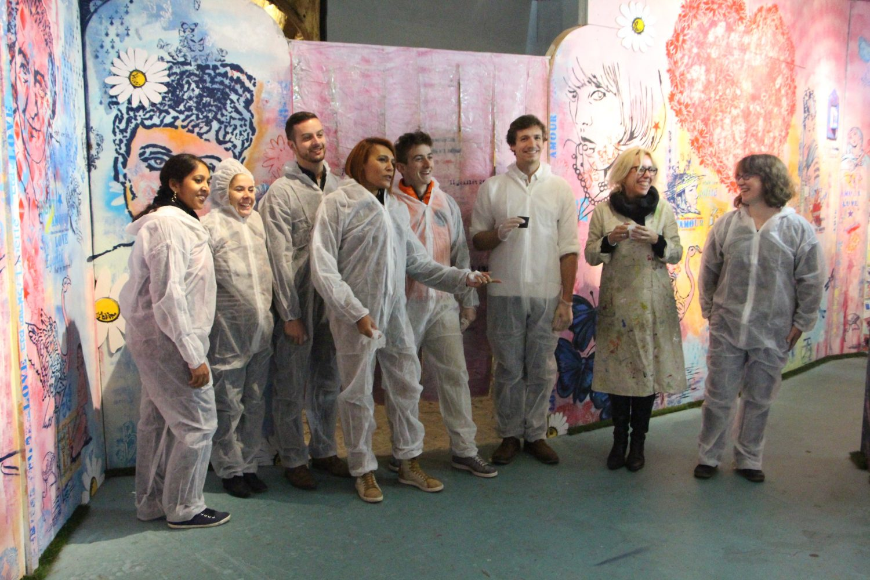 L'équipe joue le jeu et se pare de sa tenue d'artiste ! Tous pareils, tous unis pour créer !
