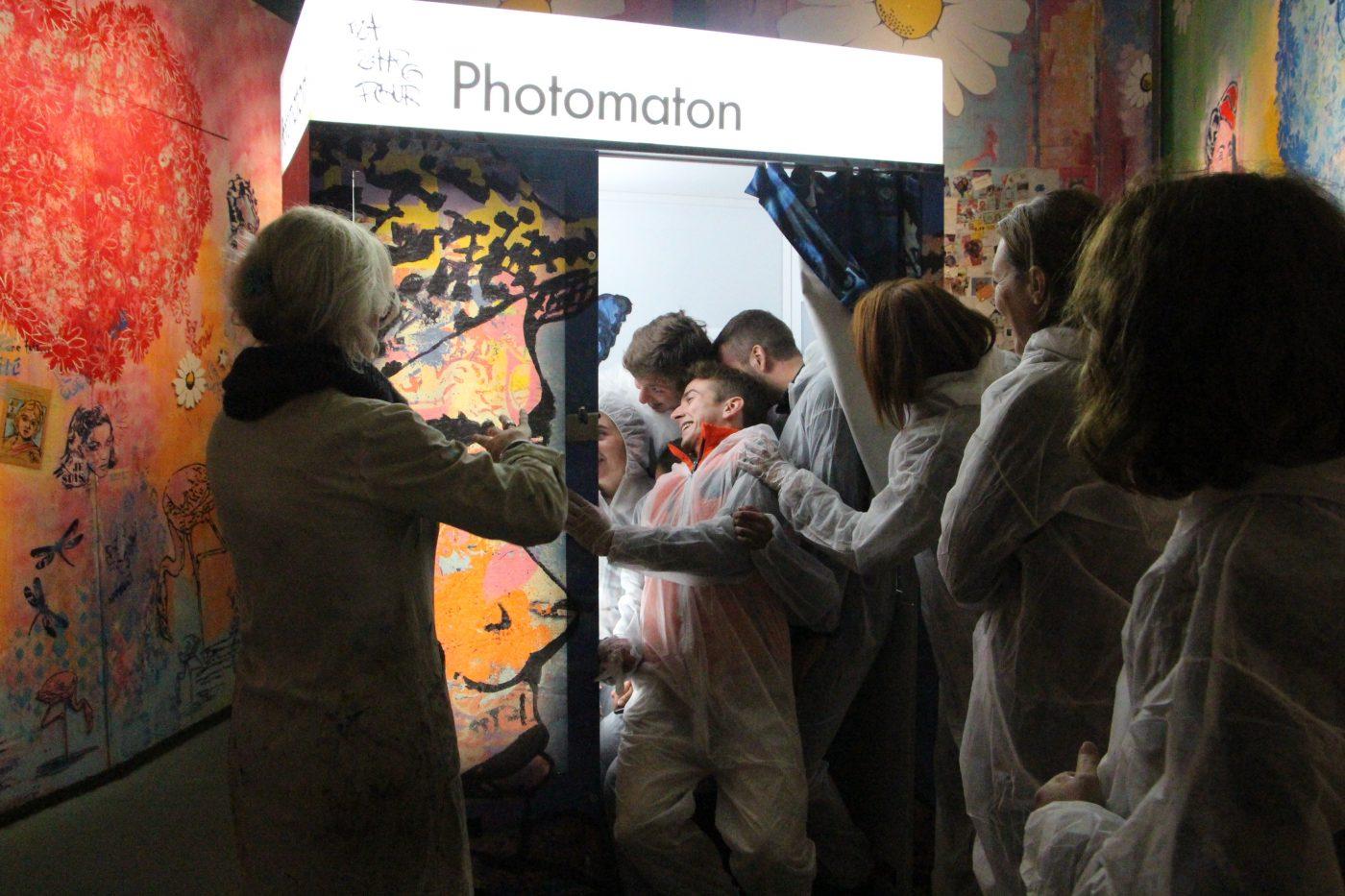 Moments de rires et cohésion d'équipe avec le shooting improvisé dans le Photomaton Arty